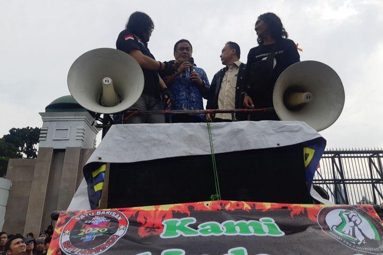 Wakil Ketua DPR RI Rahmat Gobel dan Anggota DPR RI Sufmi Dasco di atas mobil komando aksi massa driver ojek online di depan gedung DPR/MPR, Jumat (28/2/2020)