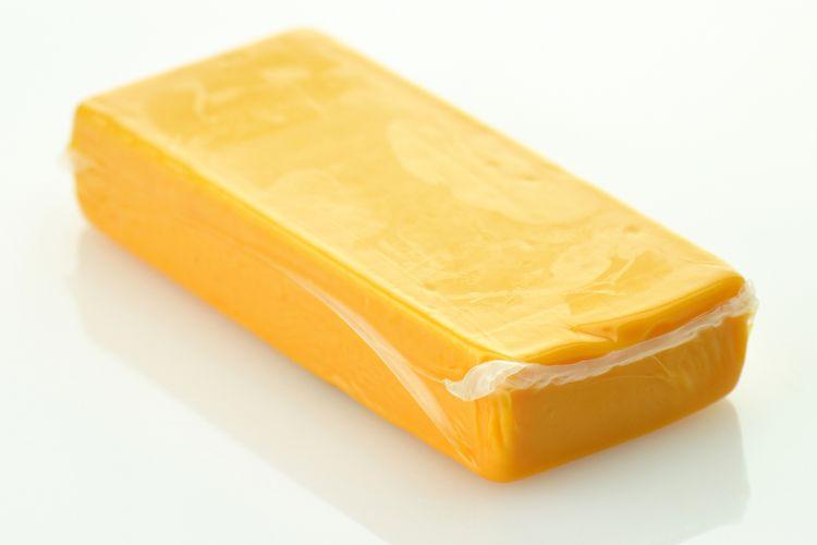 Ilustrasi keju dengan kemasan plastik.