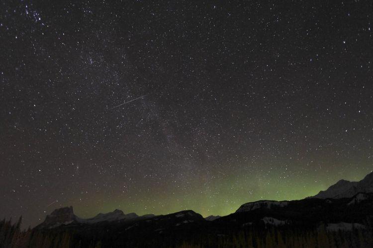 hujan meteor Quadrantid 2009 di Banff National Park in Alberta, Canada