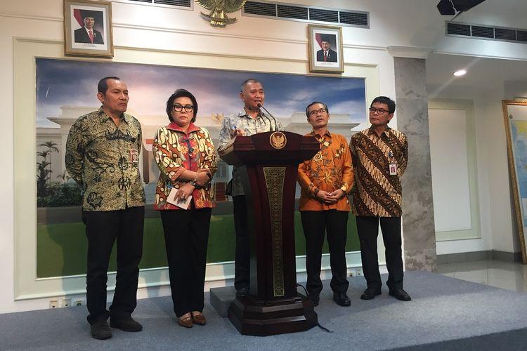 Pimpinan KPK Saut Situmorang, Basaria Pandjaitan, Agus Rahardjo dan Alexander Marwata usai bertemu Jokowi di Kompleks Istana Kepresidenan, Jakarta, Jumat (5/5/2017).