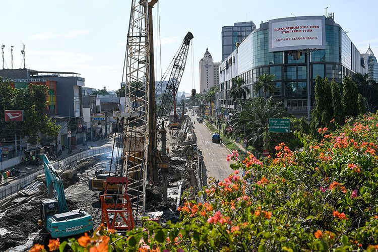Pekerja menyelesaikan proyek pembangunan underpass Senen Extension di kawasan Senen, Jakarta, Minggu (3/5/2020). Meski dalam penerapan pembatasan sosial berskala besar (PSBB) akibat pandemi Covid-19, proyek yang menelan anggaran mencapai Rp 121,1 miliar dan ditargetkan selesai pada Desember 2020 ini diharapkan dapat mengurai kemacetan di kawasan tersebut.