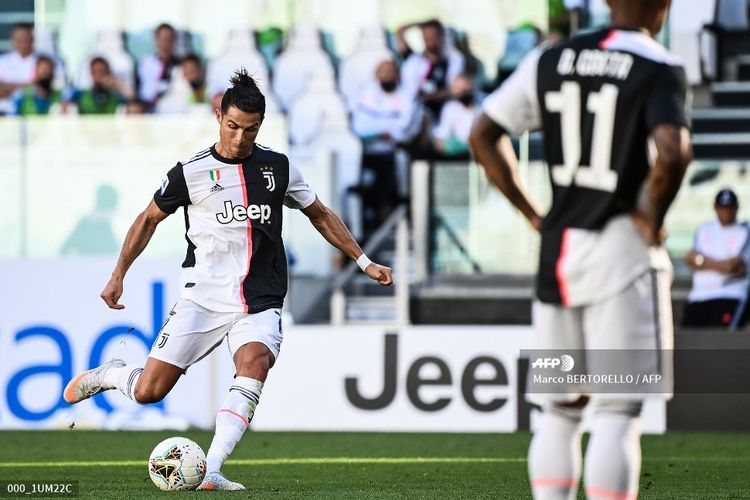 Juventus Portuguese forward Cristiano Ronaldo shoots to score a free kick during the Italian Serie A football match Juventus vs Torino played behind closed doors on July 4, 2020 at the Juventus stadium in Turin, as the country eases its lockdown aimed at curbing the spread of the COVID-19 infection, caused by the novel coronavirus. (Photo by Marco BERTORELLO / AFP)