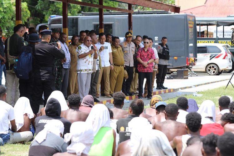 Gubernur Papua Lukas Enembe  menemui 733 warga yang diamankan di Mako Brimobda Jayapura, Selasa (24/9/2019)