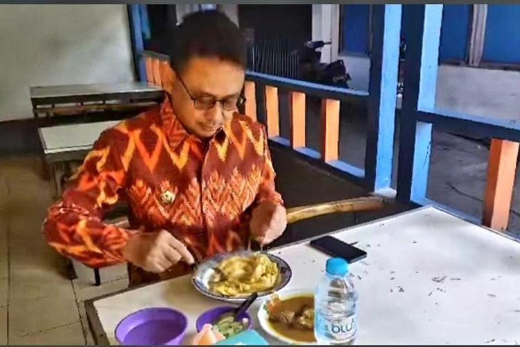 Tangkapan layar video Wali Kota Pontianak Edi Rusdi Kamtono mensimulasikan makan di tempat tak sampai 20 menit.