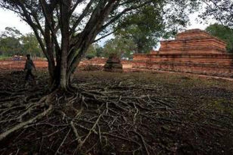 Pengunjung melihat Candi Tinggi di Kompleks Situs Candi Muaro Jambi di Kabupaten Muaro Jambi, Jambi, Sabtu (10/11/2012). Kompleks situs ini luasnya sekitar 17,5 kilometer persegi dan diperkirakan ada sekitar 110 buah candi. Situs Muarao Jambi yang diperkirakan dibangun sejak abad ke-4 hingga ke-11 Masehi ini menjadi tempat pengembangan ajaran Buddha pada masa Melayu Kuno.