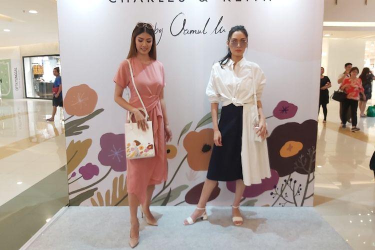Model menampilkan tas Charles & Keith dengan ilustrasi yang dibuat oleh seniman Oamul Lu.