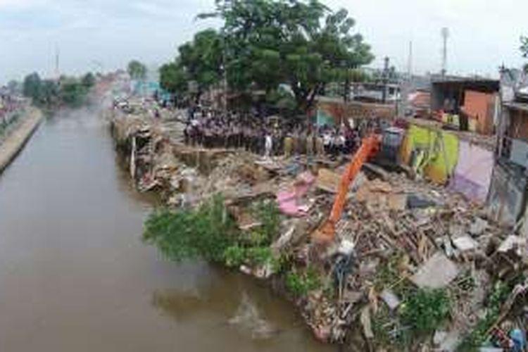 Proses pembongkaran rumah warga Bukit Duri, Tebet, Jakarta, Rabu (28/9/2016). Pemerintah Provinsi DKI Jakarta menggusur bangunan yang berbatasan langsung dengan sungai Ciliwung dan akan merelokasi warga ke Rusun Rawa Bebek.