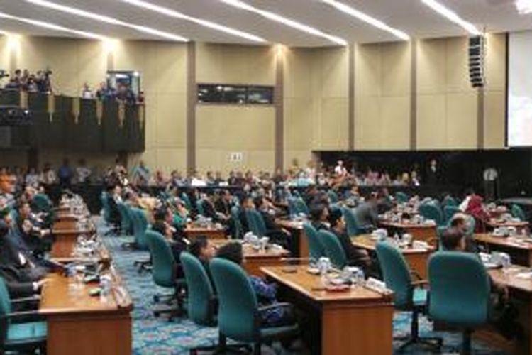 Suasana paripurna pengajuan angket DPRD DKI kepada Gubernur DKI Jakarta Basuki Tjahaja Purnama, di Gedung DPRD DKI Jakarta, Jumat (27/2/2015).