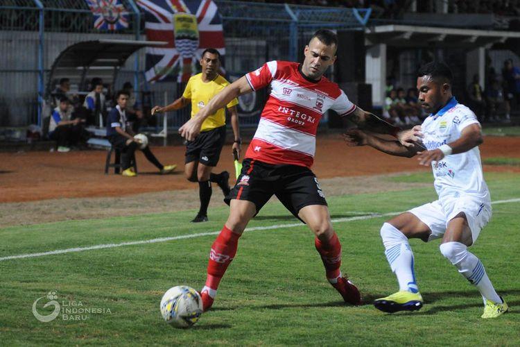Pemain asing Madura United, Aleksandar Raki? dijaga ketat pemain Persib Bandung Ardi Idrus pada Pekan 22 Liga 1 2019 yang berakhir dengan skor 2-1 di Stadion Gelora Bangkalan, Jawa Timur, Sabtu (05/10/2019) malam.