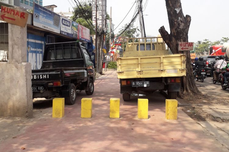Trotoar di Jalan Kalimalang, Kota Bekasi, dijadikan tempat parkir kendaraan, Selasa (4/9/2018)