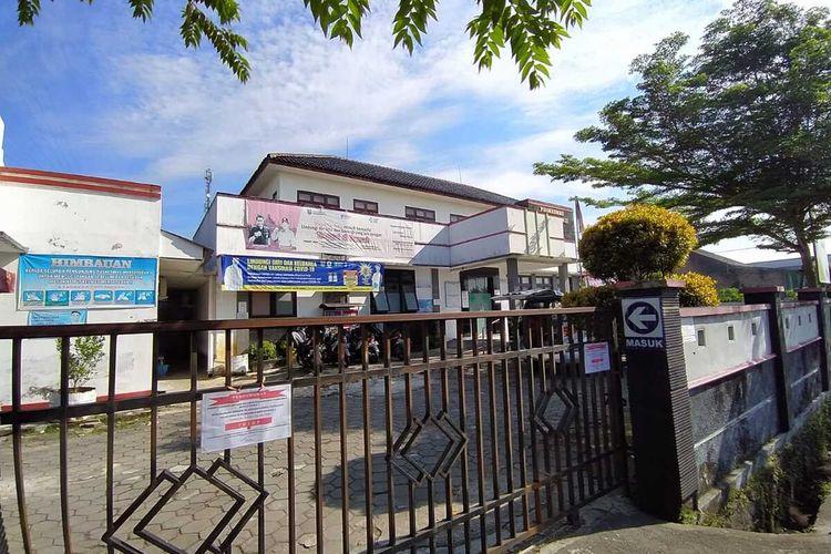 Puskesmas Mertoyudan II, Kecamatan Mertoyudan, Kabupaten Magelang, Jawa Tengah, ditutp sementara karena 3 orang tenaga kesehatan dikonfirmasi positif Covid-19, mulai 8-10 Juli 2021,