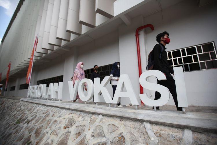 Mahasiswa berjalan di Gedung Vokasi Undip