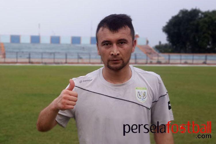 Otabek Valijonov selepas mengikuti latihan perdananya bersama skuad Persela Lamongan di Stadion Surajaya.