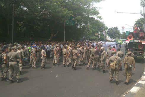 Anggota Satpol PP dan Dishub Unjuk Rasa di Kemenpan RB, Sekitar Jalan Senopati Ditutup