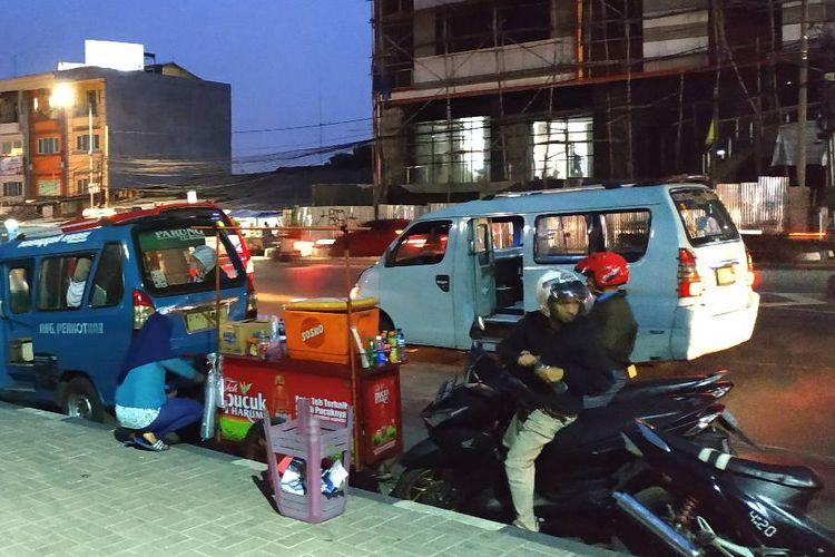 Pedagang kaki lima di sekitar Stasiun MRT Lebak Bulus kini harus memutar otak mencari lokasi dan waktu berdagang. Pasalnya, mereka tak lagi diizinkan berdagang oleh Satpol PP.