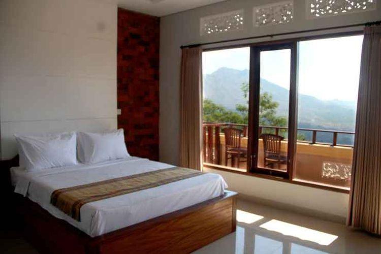 Kamar tipe Superior Sunrise View di penginapan Caldera Hotel & Restaurant yang terletak dekat dengan Danau Batur di Kintamani, Bangli, Bali.