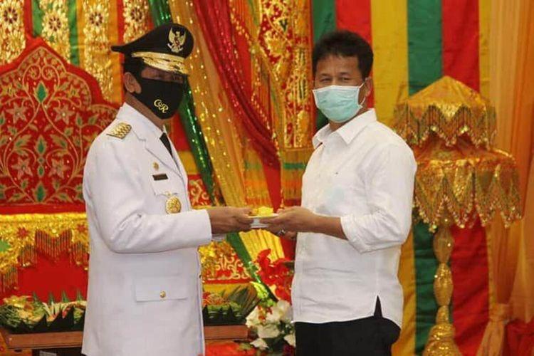 Wali Kota Batam Muhammad Rudi menyerahkan langsung potongan tumpeng ke Gubernur Kepri Isdianto