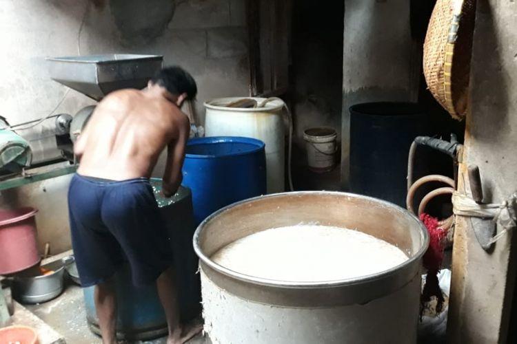 Perajin tempe di Kota Bekasi terpaksa kurangi keuntungan pasca menguatnya matau uang dollar terhadap rupiah, Rabu (5/9/2018).