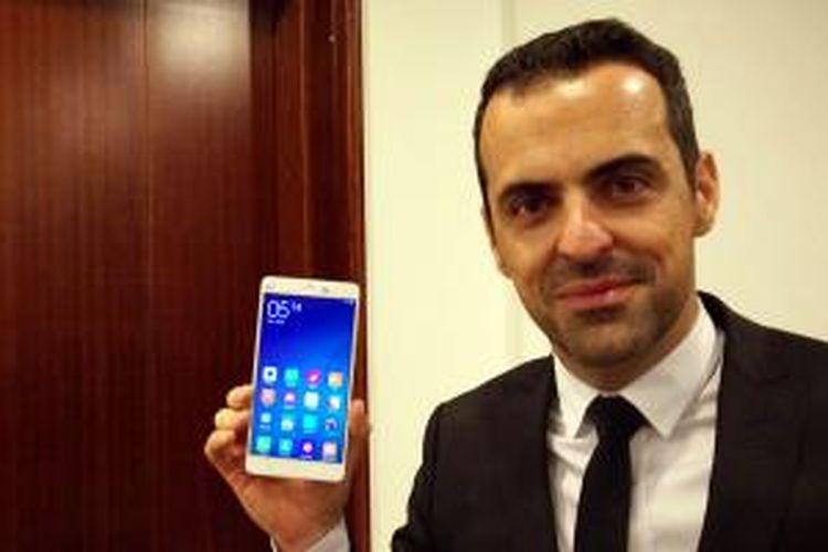 Vice President Global Xiaomi, Hugo Barra memamerkan Mi Note di Beijing, Kamis (15/1/2014).