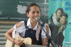 Lala Karmela Mengamen di Halte Transjakarta