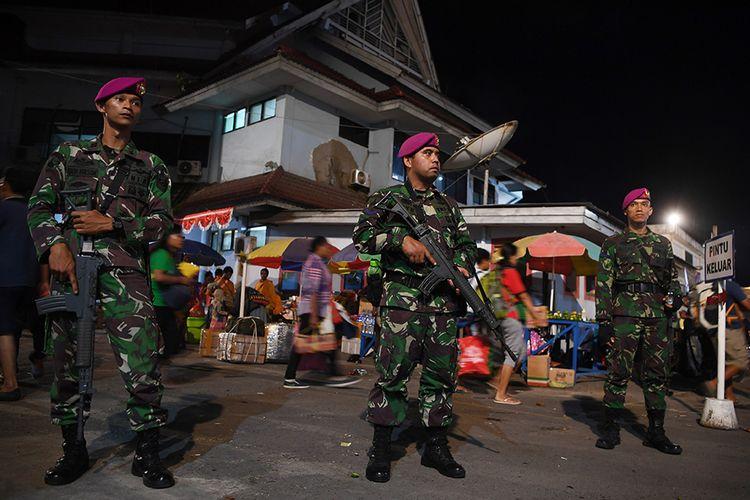 Prajurit Korps Marinir TNI AL  berjaga di Pelabuhan Jayapura, Papua, Minggu (1/9/2019). Pengamanan tersebut dilakukan pasca-unjuk rasa warga Papua Kamis (29/8/2019).