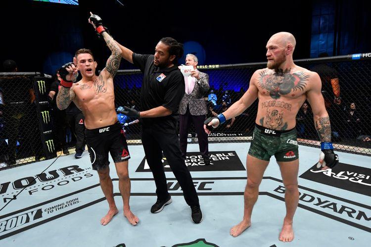 Dustin Porier (kiri) saat dinobatkan sebagai pemenang duel divisi kelas ringan atau lightweight UFC 257 melawan Conor McGregor (kanan) di Fight Island, Abu Dhabi, Uni Emirat Arab, pada Sabtu (23/1/2021)