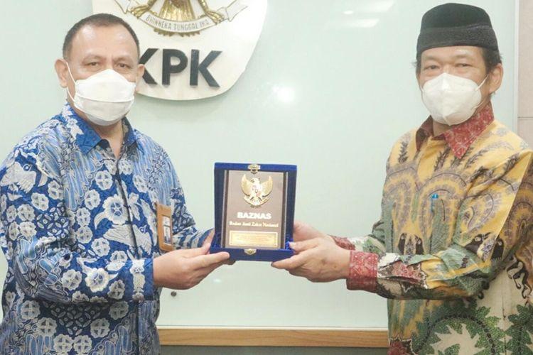 Ketua KPK Jenderal Pol Firli Bahuri (kiri) dan Ketua Baznas Prof Dr KH Noor Achmad (kanan) saat melakukan audiensi terkait zakat di Gedung Merah Putih KPK, Jakarta, Kamis (6/5/2021).