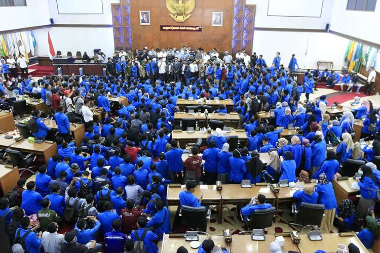 Ratusan mahasiwa dari UIN Ar-Raniry Banda Aceh melakukan aksi demonstrasi di Kantor DPR Aceh, Rabu (25/9/2019). Setelah berorasi di halaman kantor, mahasiswa diperbolehkan masuk ke dalam gedung dan disambut oleh beberapa anggota DPRA untuk menyampaikan aspirasi dan DPRA sepakat terhadap poin-poin tuntutan serta akan segera mengirimkan petisi kepada Presiden dan DPR RI untuk mencabut kembali UU KPK dan sejumlah RUU lain yang kontroversial.