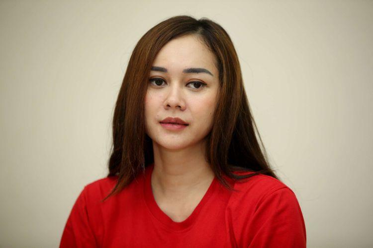 Aura Kasih, pemain film Arini saat wawancara di kantor redaksi Kompas.com, Palmerah, Jakarta Barat, Selasa (3/4/2018). Film adaptasi dari novel karya Mira W ini akan tayang di bioskop 5 April mendatang.