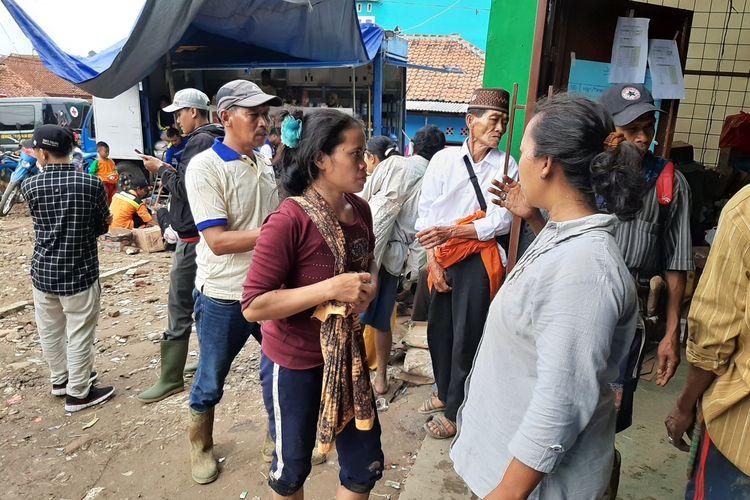Warga Kampung Cigobang tiba di pengungsian Desa Banjar Irigasi setelah jalan kaki mengitari gunung lantaran akses jalan longsor dan diterjang banjir bandang, Minggu (5/1/2020).