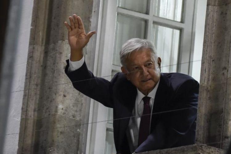 Andres Manuel Lopez Obrador melambaikan tangan kepada para pendukungnya setelah memenangkan pemilihan umum presiden Meksiko pada Minggu (1/7/2018), di Mexico City. (AFP/Alfredo Estrella)
