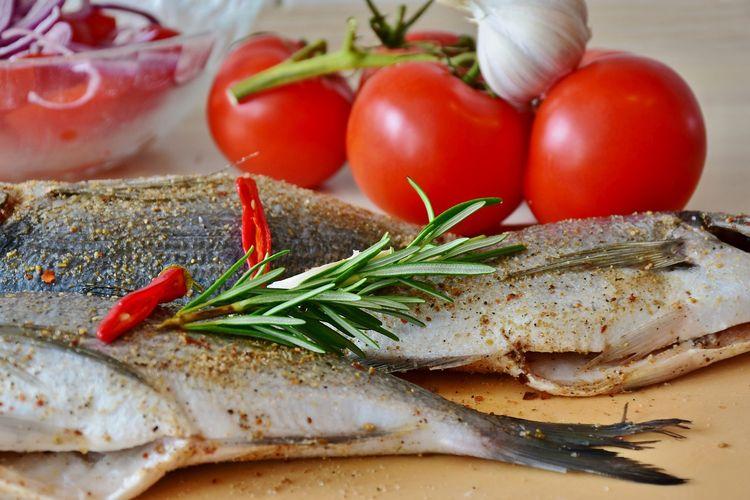 Ilustrasi ikan dilumuri bumbu kering.