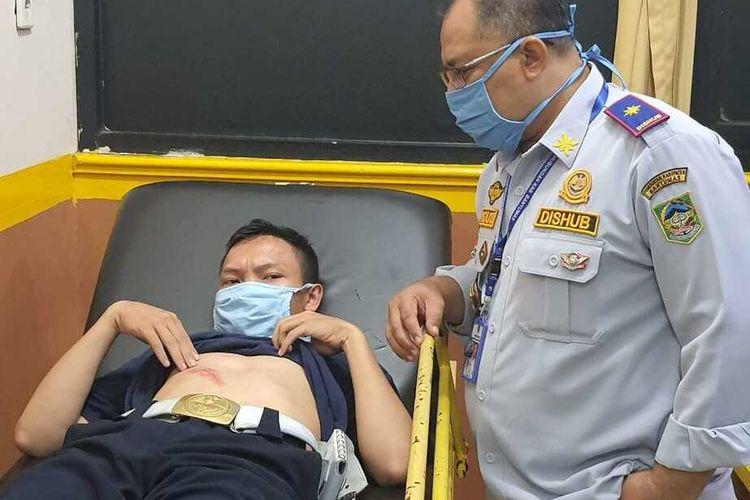 Petugas Dinas Perhubungan (Dishub) Banyumas, Jawa Tengah, dirawat di rumah sakit setelah ditabrak pengendara sepeda motor saat razia penggunaan masker, Rabu (10/6/2020).