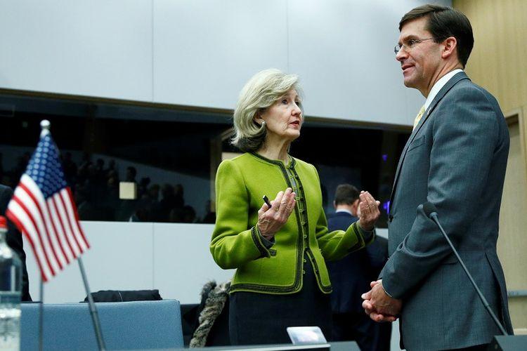 Duta AS untuk NATO, Kay Bailey Hutchison sedang berbicara dengan Menteri Pertahanan AS Mark Esper di Belgia. 13 Februari 2020.  REUTERS/Francois Lenoir
