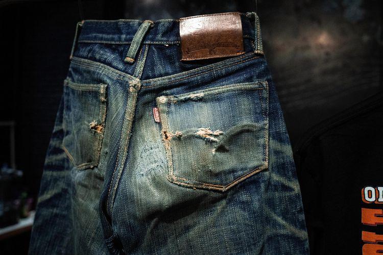 jeans yang sudah terbentuk guratannya karena dipakai