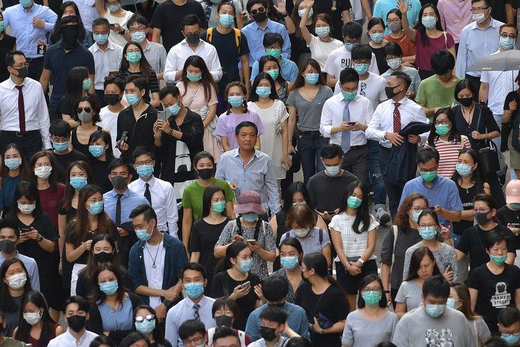 Demonstran pro-demokrasi berbaris di Chater Garden selama aksi protes melawan rencana pemerintah Hong Kong melarang penggunaan masker wajah menggunakan aturan kolonial pada 4 Oktober 2019.