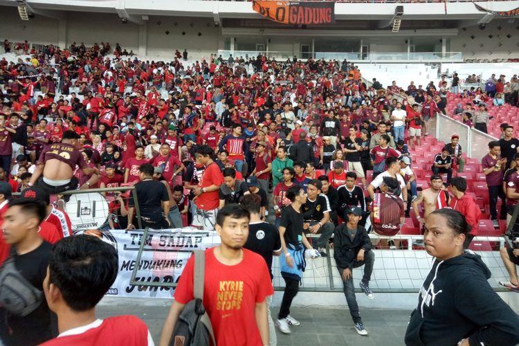 Pagar salah satu tribune di Stadion Utama Gelora Bung Karno, Jakarta, roboh saat final Piala Indonesia 2019 leg pertama antara Persija vs PSM Makassar, Minggu (21/7/2019) sore.