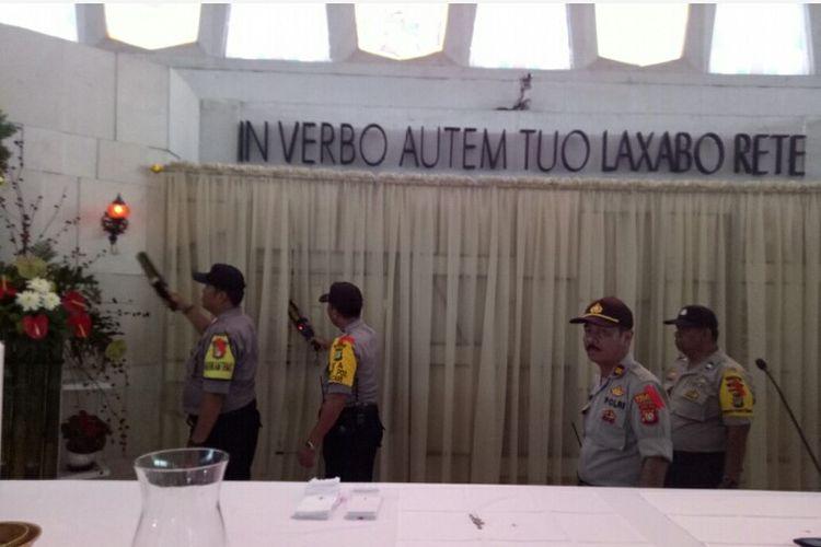 Petugas gabungan Polri dan TNI melakukan pemeriksaan terhadap Gereja Katolik Santo Barnabas Pamulang, jelang misa pada Selasa (24/12/2019).