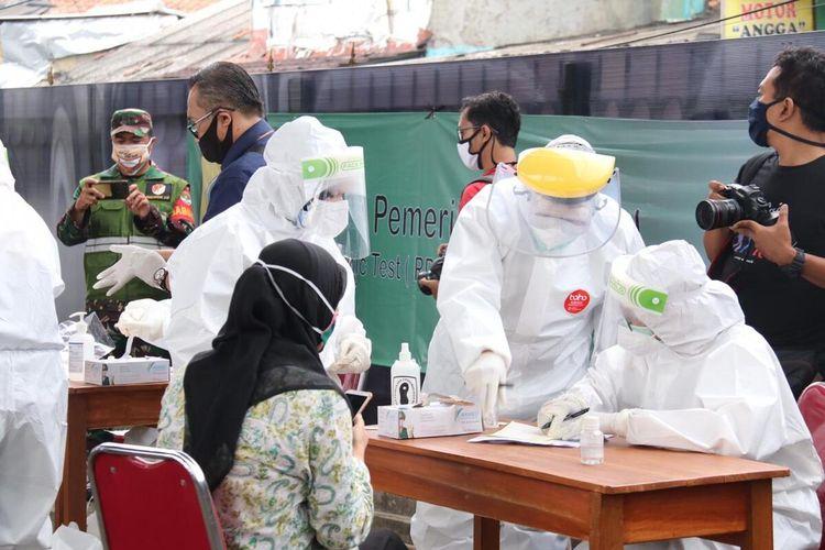 Pemerintah Kabupaten (Pemkab) Bogor menggelar rapid test dan swab test massal Covid-19 yang melibatkan 20 petugas medis dii Stasiun Bojonggede, Kabupaten Bogor, Jawa Barat, Senin (11/5/2020).