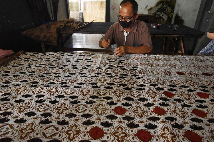 Pekerja menyelesaikan proses pewarnaan dalam pembuatan batik di Sentra Industri Batik Banten, di Cipocok, Serang, Banten, Jumat (2/10/2020). Menurut pemilik usaha Batik Banten tersebut pihaknya kesulitan untuk mempertahankan dan mengembangkan pemasaran batik akibat terdampak pandemi COVID-19 yang membuat omzet penjualan batik terus menurun hingga kurang dari 30 persen dibanding omzet sebelum pandemi atau jauh di bawah titik impas. ANTARA FOTO/Asep Fathulrahman/wsj.