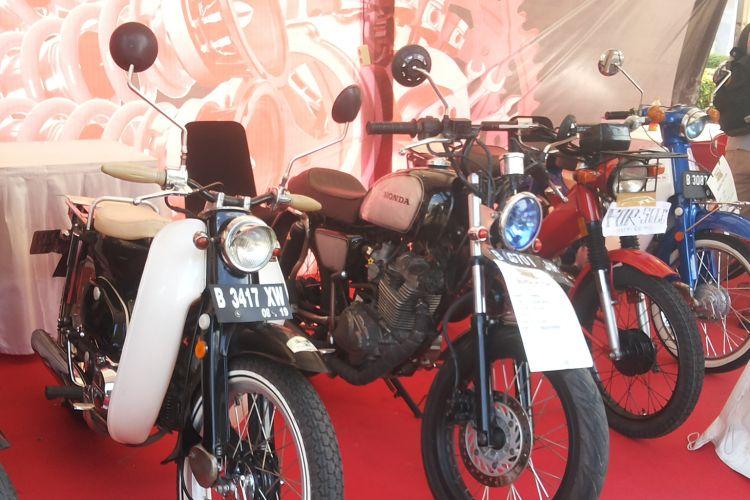 Deretan motor-motor lawas siap jual yang dipajang di lokasi Pasar Jongkok Otomotif (Parjo), di Museum Purna Bhakti Pertiwi, Taman Mini Indonesia Indah, Jakarta Timur, Sabtu (7/4/2018).