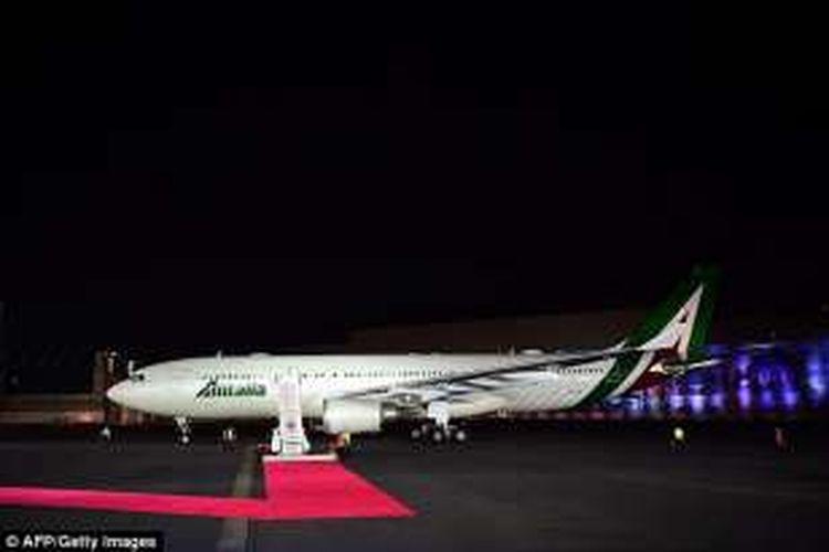 Pesawat Airbus A330-202 yang mengangkut Paus Fransiskus mendarat dengan selamat di Bandara Mexico City setelah sebelumnya mendapat serangan laser, Jumat lalu.
