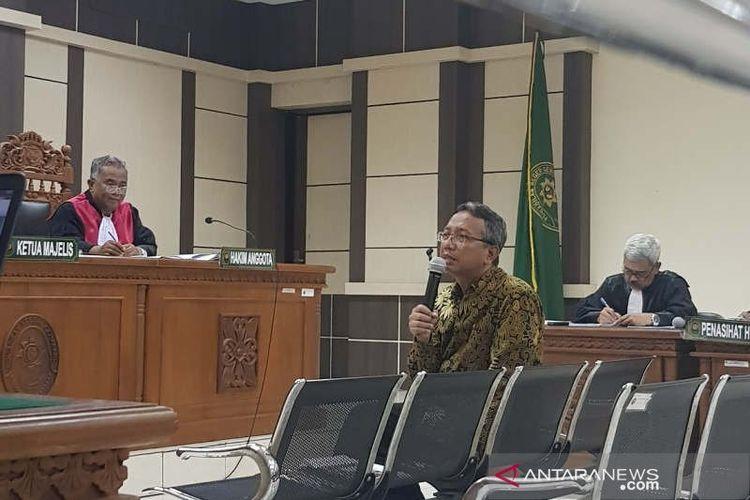 Terdakwa penyuap Bupati Kudus, Akhmad Shofian, diperiksa dalam sidang di Pengadilan Tipikor Semarang, Senin.