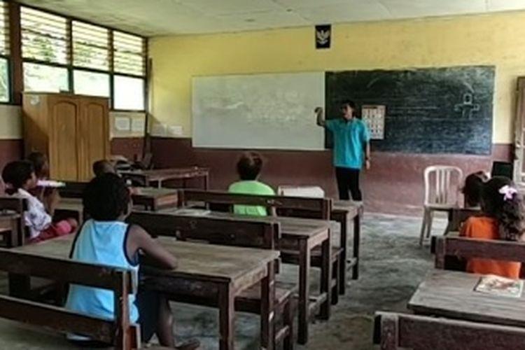 Ayyub, seorang guru yang mengajar di tanah Papua.