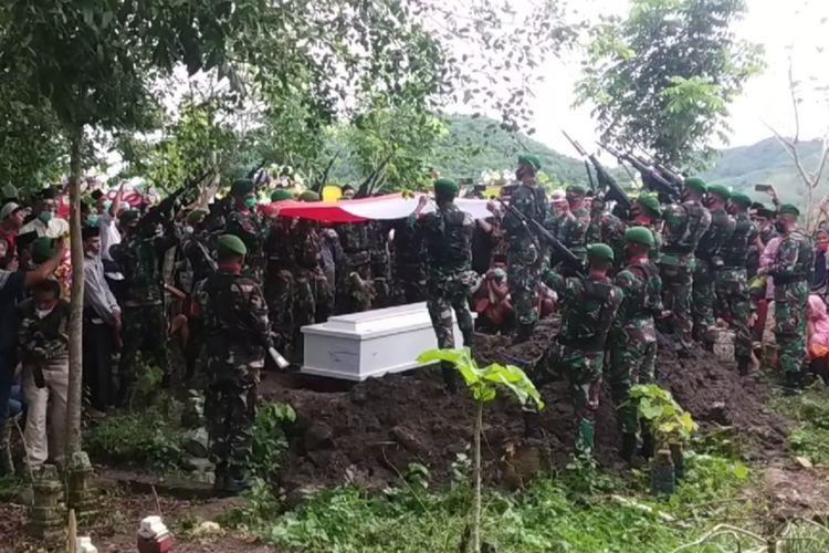 suasana pemakaman Pratu Dedi Hamdani