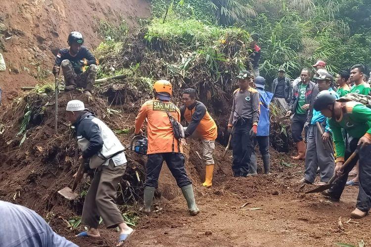 Relawan dari berbagai unsur membersihkan material longsor yang menutup jalan di Desa/Kecamatan Wanayasa, Kabupaten Banjarnegara, Jawa Tengah, Jumat (3/1/2020).
