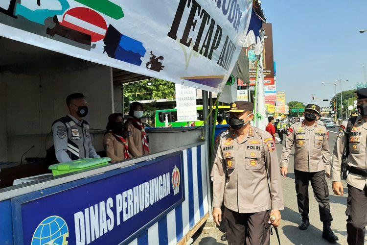 Kepala Badan Pemeliharaan Keamanan (Kabaharkam) Polri Komjen Pol Arief Sulistyantosaat meninjau pos penyekatan Prambanan, Sleman, Senin (10/05/2021).
