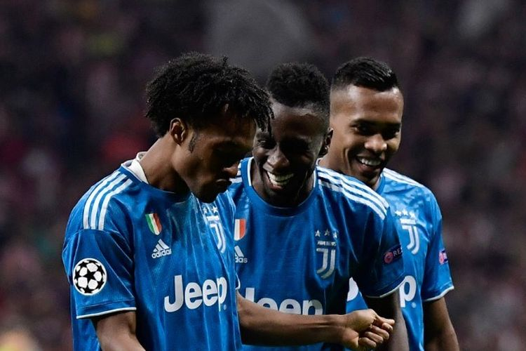 Blaise Matuidi dan Alex Sandro merayakan gol Juan Cuadrado pada pertandingan Atletico Madrid vs Juventus di Stadion Wanda Metropolitano dalam matchday 1 Liga Champions, 18 September 2019.