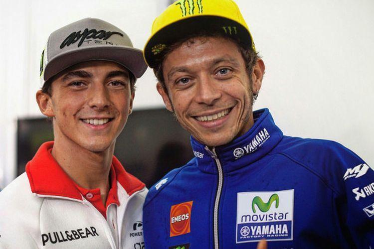 Pebalap MotoGP asal Italia, Valentino Rossi (kanan) berpose dengan salah satu anak didiknya di atas lintasan balap, Francesco Bagnaia.