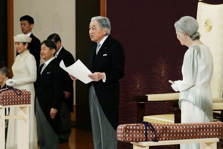 Kaisar Jepang Akihito (tengah) menyampaikan pidatonya dengan ditemani Permaisuri Michiko (kanan), Pangeran Mahkota Naruhito (dua dari kiri) dan Putri Mahkota Masako (kiri) dalam upacara turun takhta di di Istana Kekaisaran di Tokyo pada Selasa (30/4/2019). (AFP/JAPAN POOL)